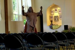 Yogananda-blessing-statue-Laurelwood-06-2018-dlb-400x267